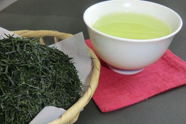写真:茶葉と湯飲み